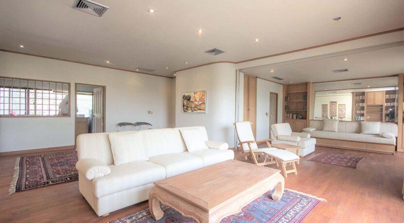 10A Spacious living room