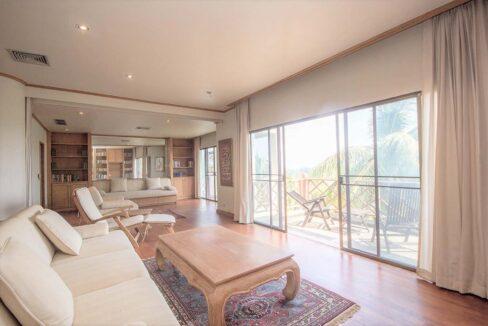 10B Spacious living room