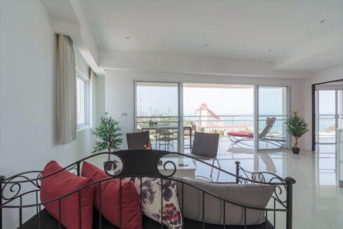 10B Spacious modern living room