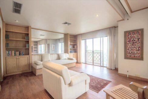 10C Spacious living room
