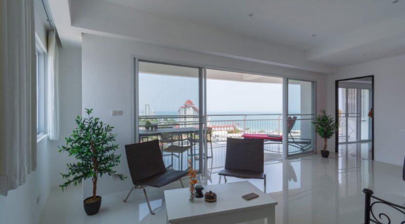 10C Spacious modern living room