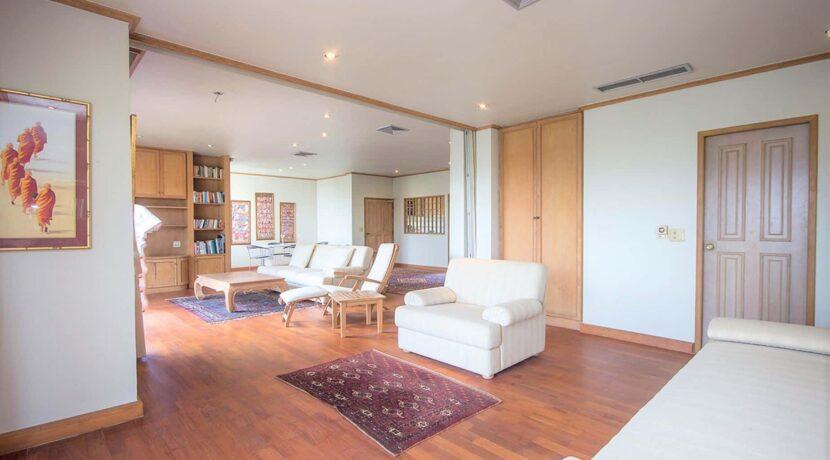 10D Spacious living room