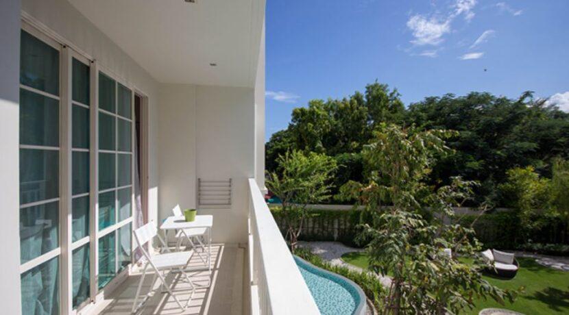 12 Balcony with garden view