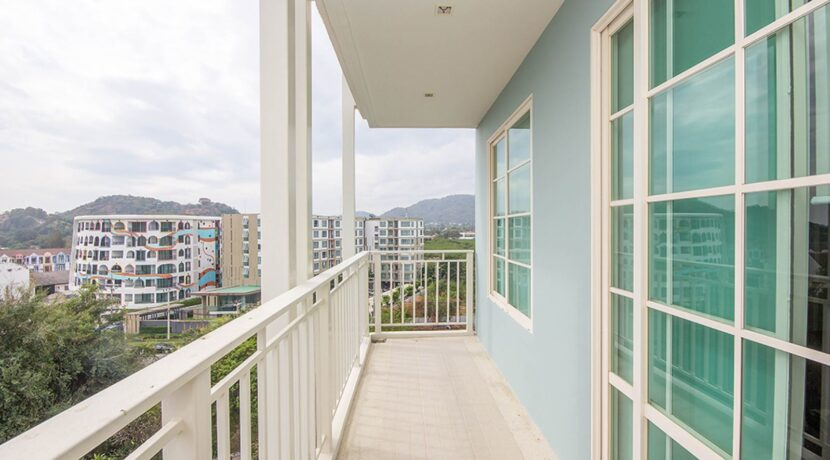 12 Large balcony with garden view