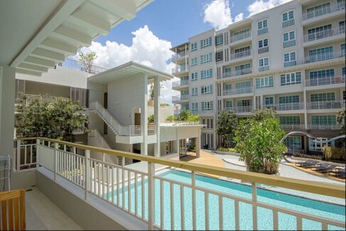 15 Balcony with pool view