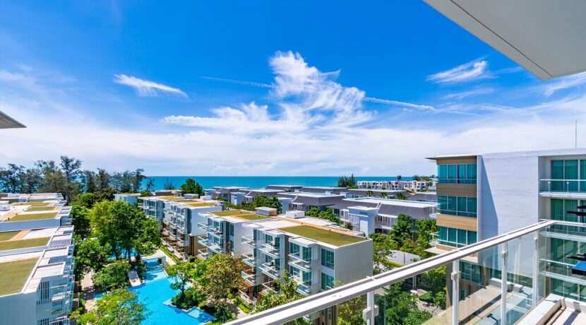 15 Large balcony with sea view