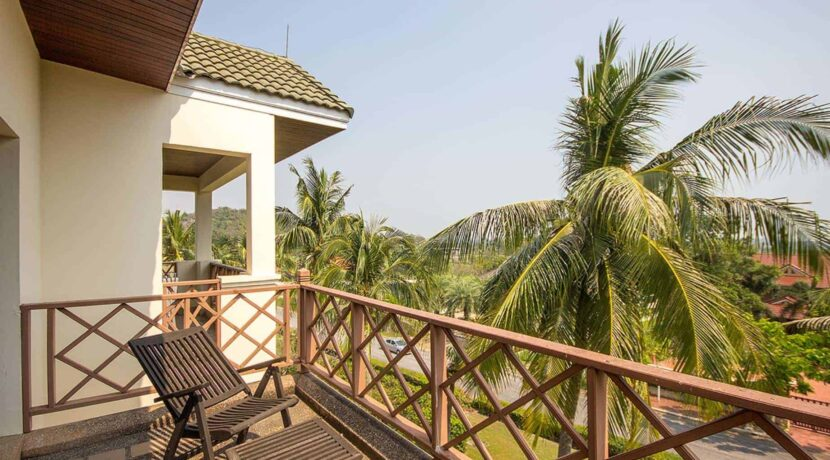 16 Balcony with golf course view