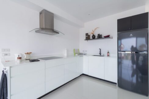 20B Fully fitted modern kitchen