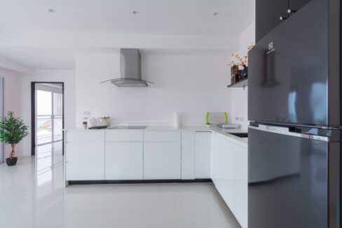 20C Fully fitted modern kitchen