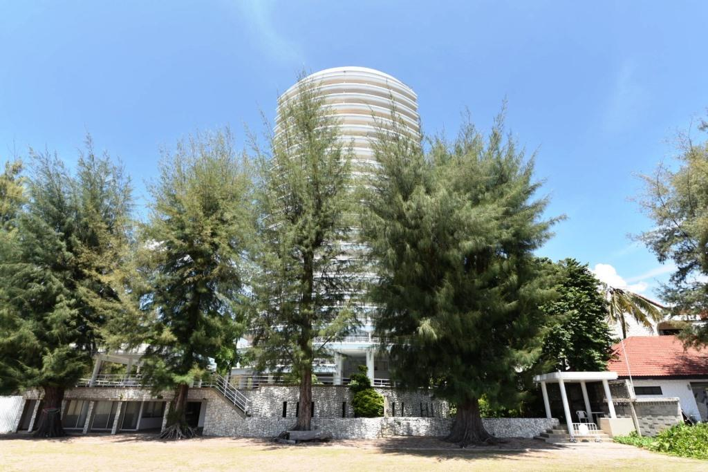 Beachfront Condo with Stunning Sea View at Sandy Beach