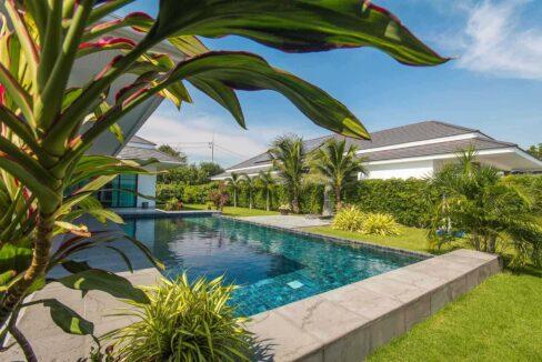 03 Beautiful landscaped garden