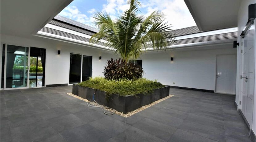 03 Entrance area to villa and bedrooms