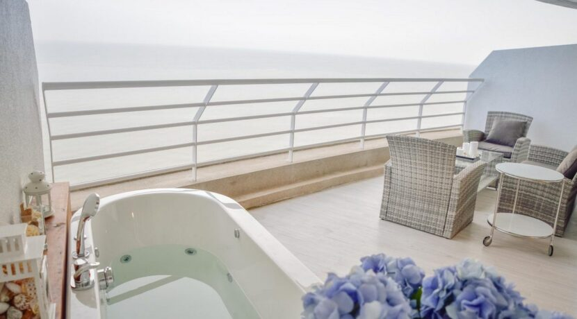 14 Large balcony with great ocean view