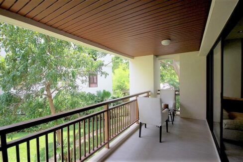 16 Large balcony with garden view