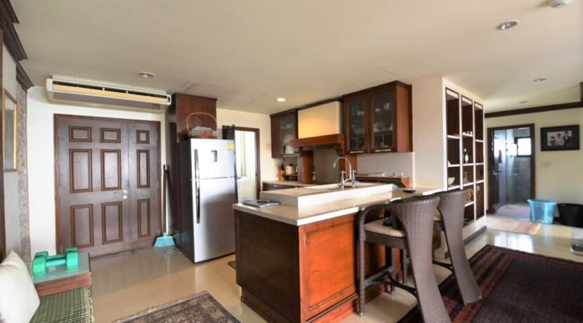 25 Fully fitted and equipped open kitchen