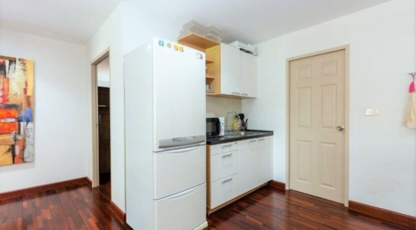27 Fully fitted modern kitchen