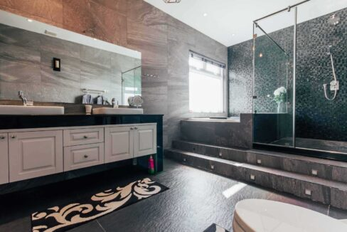 35Ensuite master bathroom