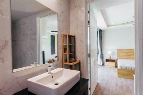 61 Ensuite Bathroom (Shared)