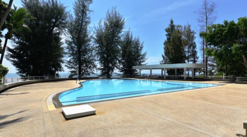 91 Large communal swimming pool