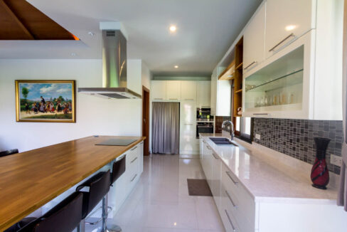 21 Fully fitted EU-style kitchen