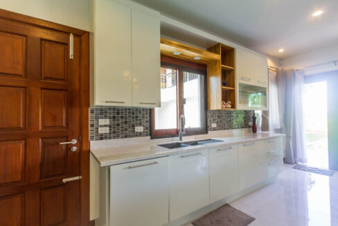 22 Fully fitted EU-style kitchen