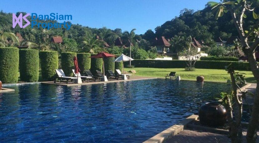 81 Panorama communal pool