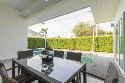 05 Covered furnished patio