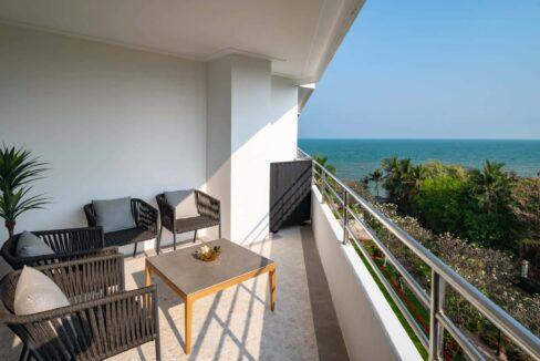 14 Large balcony with stunning sea view