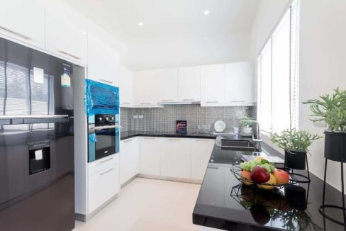 25 Fully fitted modern EU-style kitchen