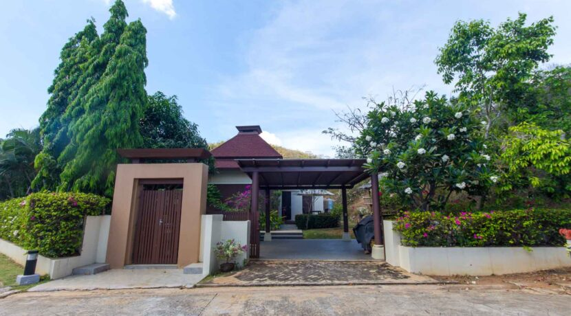 05A House entrance and carpark