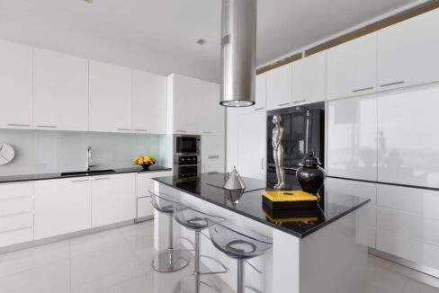 25 Fully fitted modern design kitchen