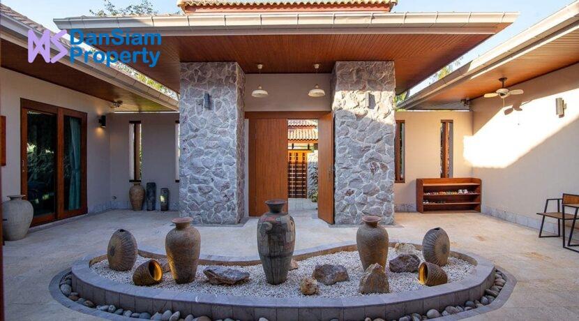 02 Gorgeous villa entrance