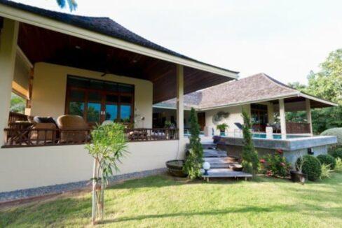 04 U-shaped house around large pool