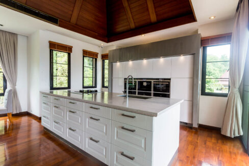 20 Fully fitted ultra-modern kitchen