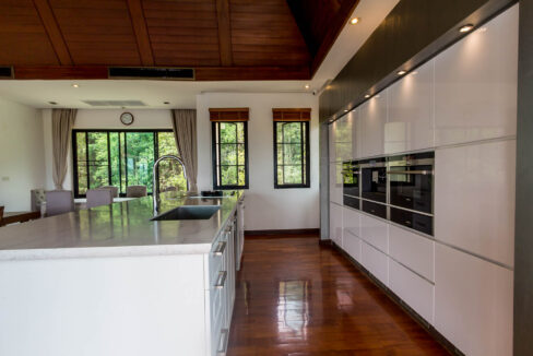 25 Fully fitted ultra-modern kitchen