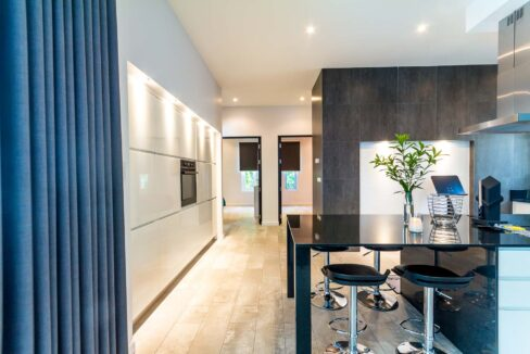 26 Fully fitted ultra-modern design kitchen