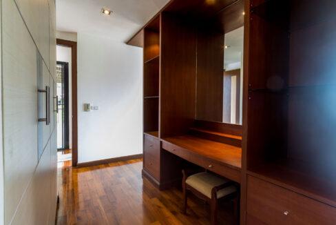 32 Walkin wardrobe with cosmetic desk