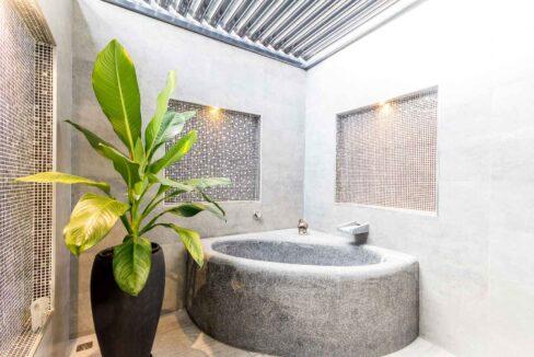 37 Outside bathtub room with EL-roof