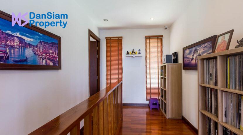39 Walkway to other bedrooms