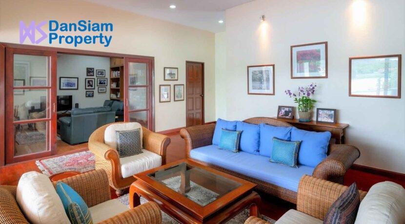13 Spacious living room