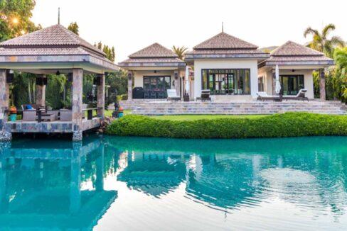 02 Luxury Bali-style pool villa