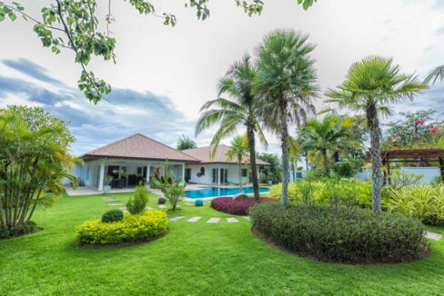 03A Large beautifully landscaped garden