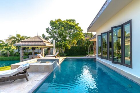 03D Large pool with jacuzzi