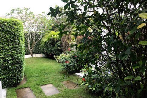 06 Nicely landscaped garden