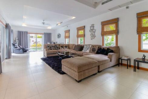 10 Spoacious living-dining lounge