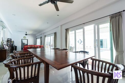 11 Spacious main living room