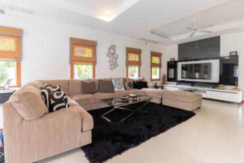 11 Spoacious living-dining lounge