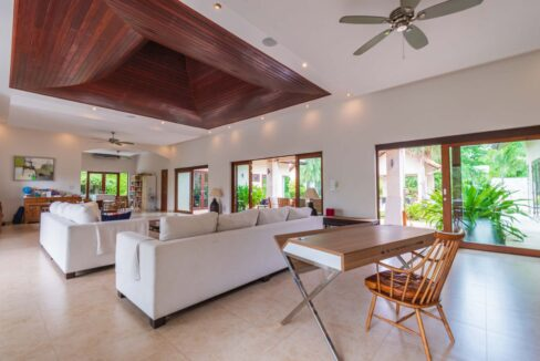 11 Stacious living-dining lounge