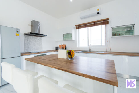 20 Kitchen with dining isle