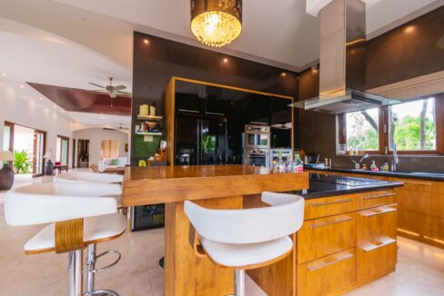 21 Kitchen with dining isle
